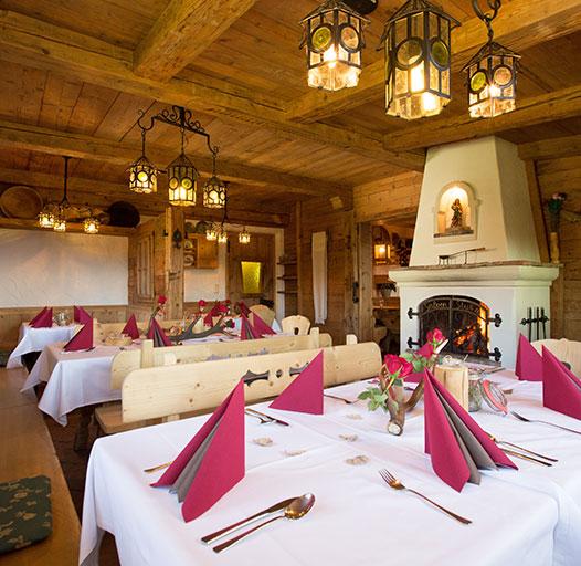 Bergrestaurant mit regionalen Spezialitäten – Altholzstube mit offenem Kamin