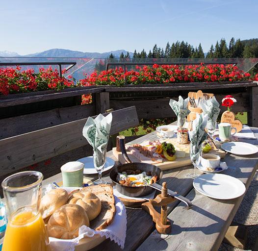 Bergfrühstück mit herrlichem Panoramablick