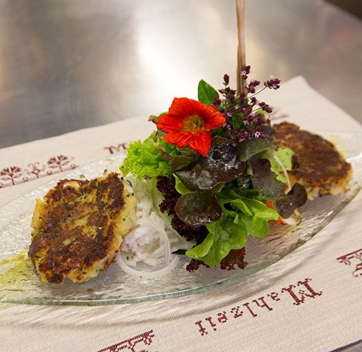 Bergrestaurant mit regionalen Spezialitäten – Pressknödlsalat